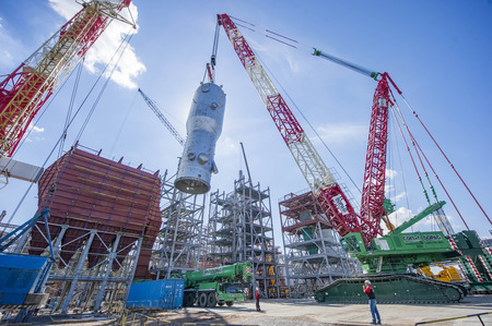 Installation of the large-tonnage equipment at the Catalytic Cracking Complex