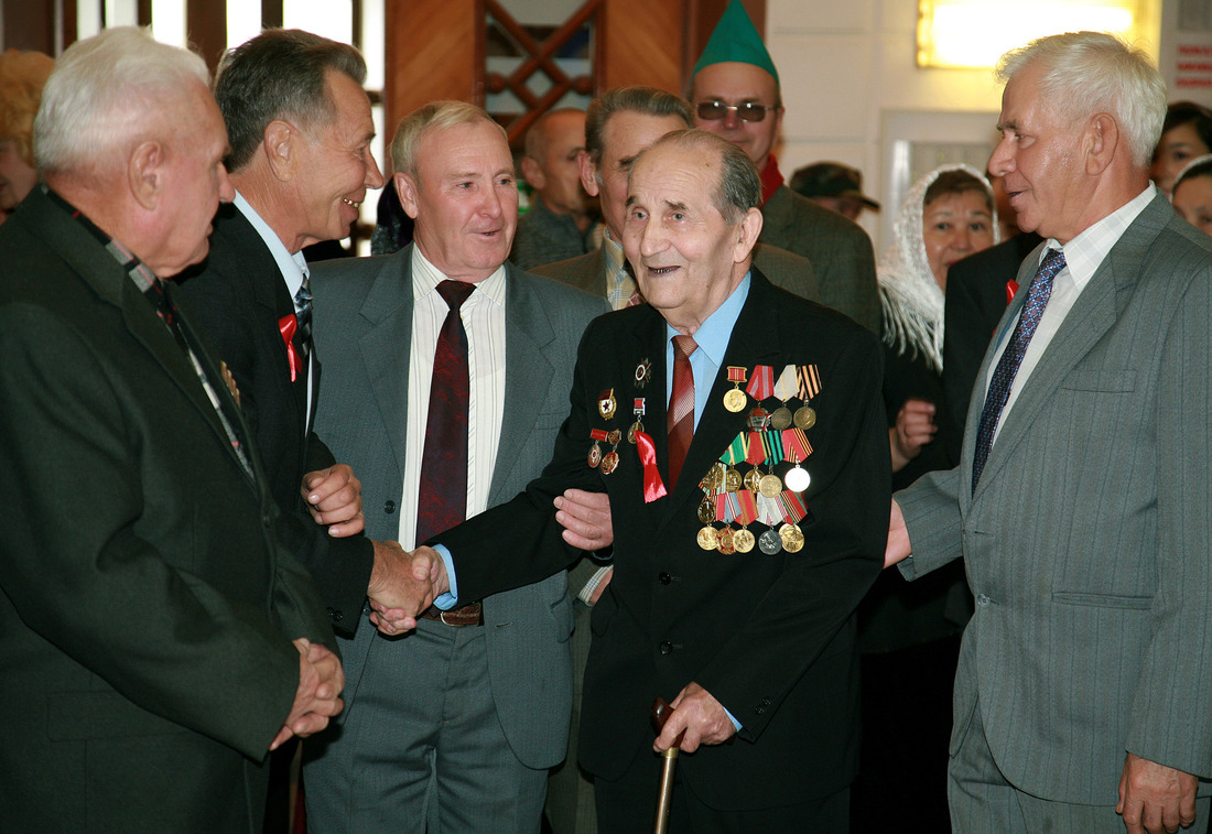 Honouring veterans. In the middle is Anas Tulvinsky, the first chairman of Trade Union Committee of Industrial Complex No. 18.